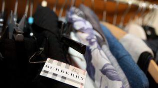 Vétements d'une marque de luxe sur un portant. (JEAN FRANCOIS FREY / MAXPPP)