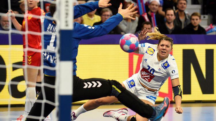 Laura Flippes (France) tire en déséquilibre face au Monténégro lors du premier tour de l'Euro féminin de handball (JEAN-CHRISTOPHE VERHAEGEN / AFP)