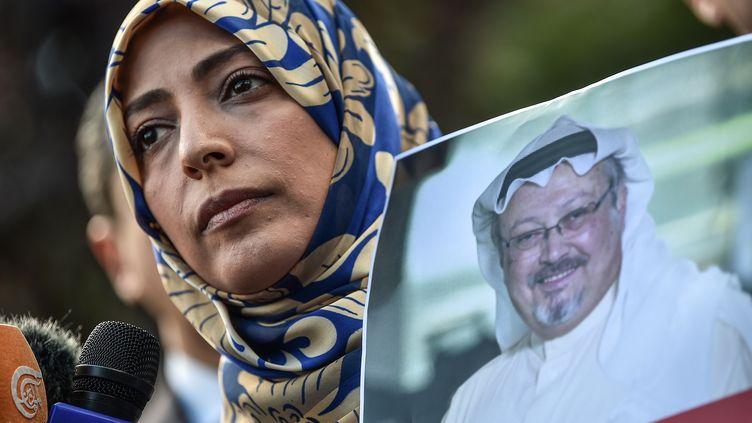 Tawakkol Karman, militante yéménite et prix Nobel de la paix en 2011, tient une photo du journaliste saoudien disparu, Jamal Khashoggi, le 5 octobre 2018, à Istanbul (Turquie). (OZAN KOSE / AFP)
