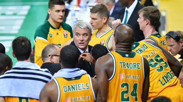 Philippe Hervé et ses joueurs du CSP Limoges (MUSTAFA YALCIN / ANADOLU AGENCY)