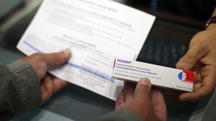 Un homme achète un vaccin contre la grippe en pharmacie, le 6 octobre 2017 à Ajaccio (Corse-du-Sud). (PASCAL POCHARD-CASABIANCA / AFP)