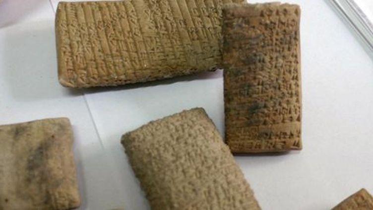 Tablettes cunéiformes, découvertes en Irak et saisies par la douane libanaise en octobre 2008. Elles ont été introduites illégalement au Liban par des contrebandiers avec des dizaines d'autresobjets antiques. (AFP - STR)
