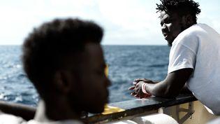 """Des personnes à bord de l'""""Aquarius"""", le 14 juin 2018, qui est en route vers Valence (Espagne). (MEDECINS SANS FRONTIERES / AFP)"""