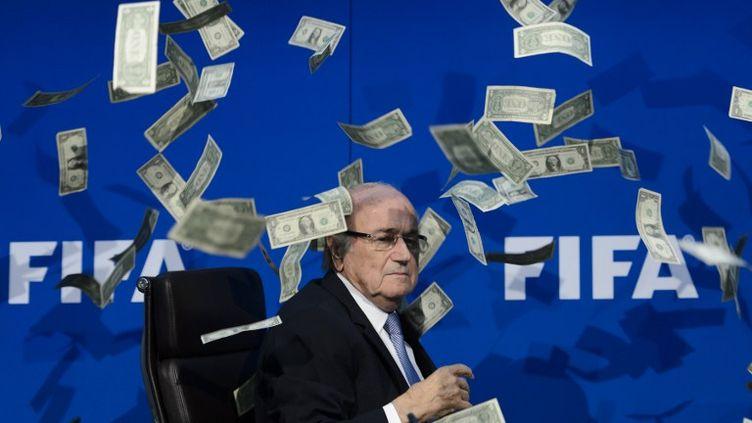 Sepp Blatter a reçu des faux dollars lors de la conférence de presse où il a annoncé que son successeur serait connu lors d'une élection le 26 février 2016 (FABRICE COFFRINI / AFP)