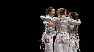 Manon Brunet et l'équipe de France féminine de sabre lors des Jeux de Tokyo, le 31 juillet 2021. (FABRICE COFFRINI / AFP)
