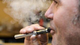 Un homme fume une cigarette électronique en juin 2013 à Saint-Brieuc (Côtes-d'Armor). ( MAXPPP)