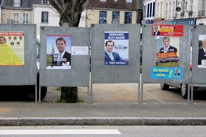 Les affiches de la campagne pour les régionales, placardées sur les panneaux officiels à Mortagne-au-Perche (Orne), le 2 décembre 2015. (MATHIEU DEHLINGER / FRANCETV INFO)