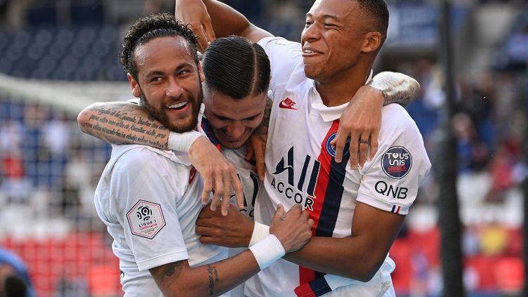 Les trois attaquants du PSGNeymar,Mauro Icardi etKylian Mbappe fêtent un but lors du match amical contreWaasland-Beveren au Parc des Princes, à Paris, le 17 juillet 2020. (ANNE-CHRISTINE POUJOULAT / AFP)