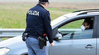 La police italienne contrôle les habitants vers Milan, le 23 février 2020. (MIGUEL MEDINA / AFP)
