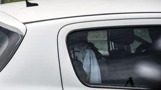 Le suspect après son interpellation, vendredi 26 juin 2015 àSaint-Quentin-Fallavier (Isère). (JEAN-PHILIPPE KSIAZEK / AFP)