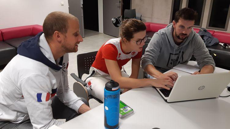 Cécilia Berder, entourée de ses entraineurs Cyril Verbrackel (à gauche) et Julien Médard lors d'une séance vidéo. (FABRICE RIGOBERT / RADIO FRANCE)