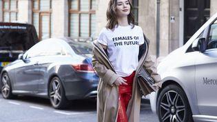 """Une femme porte un tee-shirt avec les inscriptions """"Femmes du futur"""", lors de la Fashion Week, à Londres (Royaume-Uni), le 17 février 2017. (DVORA/SHUTTERSTOCK/SIPA / REX)"""
