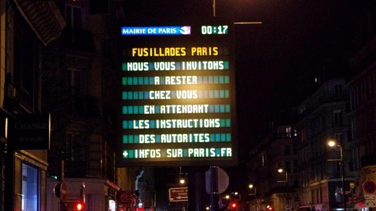 Des messages d'information sont diffusés dans les rues de Paris, rapidement désertées par les riverains. (RICK ALARCON / AFP)