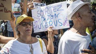 """Une manifestante tient une pancarte """"Sortez de mon utérus"""" à l'extérieur du tribunal où se tient le procès d'Hajar Raissouni, le 9 septembre 2019 à Rabat, capitale du Maroc. (FADEL SENNA / AFP)"""