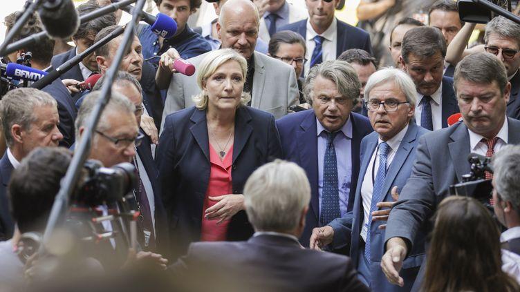 Marine Le Pen arrive à l'Assemblée nationale en compagnie des élus soutenus par le FN, mercredi 21 juin 2017. (THOMAS SAMSON / AFP)