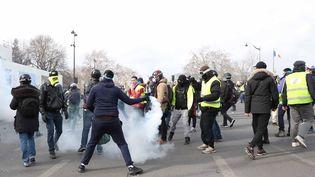 """Des manifestants des """"gilets jaunes"""" devant l'Assemblée nationale, non loin de là où un homme a été grièvement blessé à la main, le 9 février 2019. (WOSTOK PRESS / MAXPPP)"""