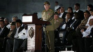 Raul Castro prononce le discours d'hommage à son frère, Fidel, mardi 29 novembre sur la place de la Révolution à La Havane (ZIPI / EFE)