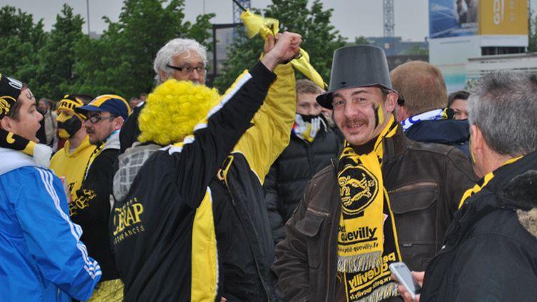 Des supporteurs de Quevilly, aux abords du Stade de France