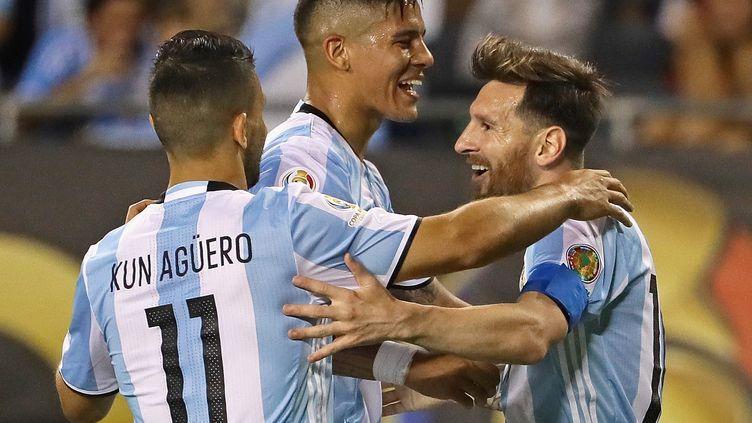 Lionel Messi félicité par ses coéquipiers Kun Aguero et Marcos Rojo (JONATHAN DANIEL / GETTY IMAGES NORTH AMERICA)
