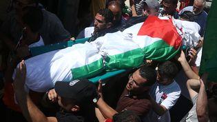 Des Palestiniens portent le cercueil deSaad Dawabcheh, à Douma, en Cisjordanie, samedi 8 août 2015. (JAAFAR ASHTIYEH / AFP)