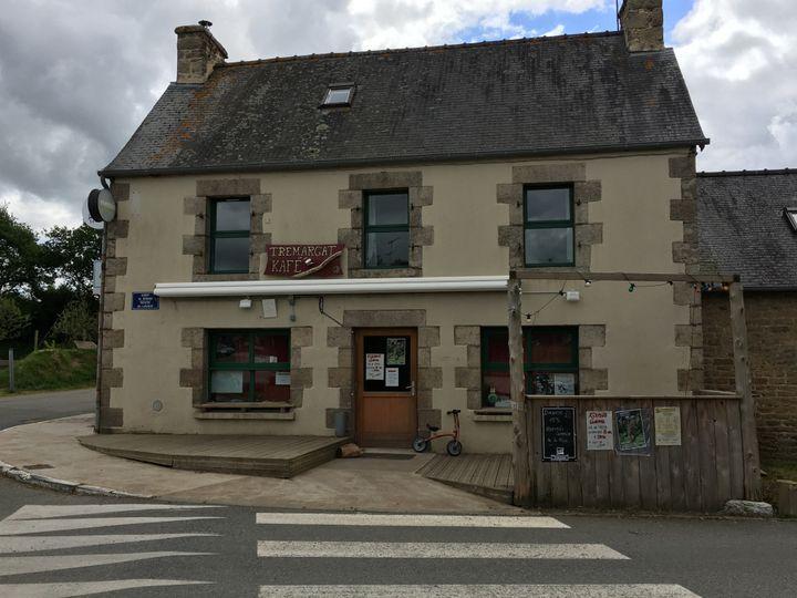 """Le """"Kafé"""" de Trémargat (Côtes-d'Armor), le 28 mai 2019. (ELISE LAMBERT/FRANCEINFO)"""