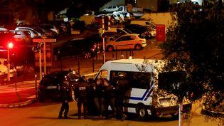Intervention de la police dans le quartier populaire de Montesoro,dans le sud de Bastia (Corse), où un forcené s'est retranché avant de se suicider, après avoir fait un mort et cinq blessés, le 30 janvier 2019. (PASCAL POCHARD-CASABIANCA / AFP)