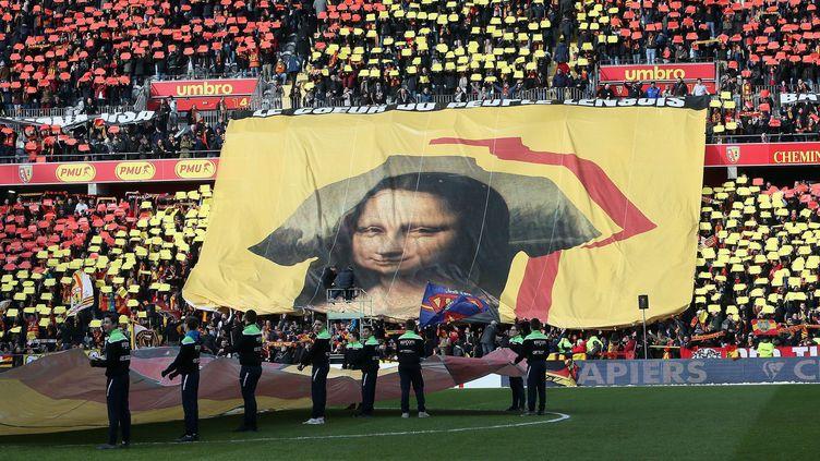 Les supporters du RC Lens (L2) ont déployé un tifo géant à l'effigie de Mona Lisa samedi avant le derby contre Valenciennes, 10 février 2018  (PHOTOPQR/VOIX DU NORD/MAXPPP)