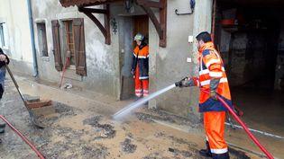 A Bouilhonnac près de Trèbes, dans l'Aude, les pompiers et des bénévoles aident les habitants à nettoyer et sauver ce qui peut l'être. 16 octobre 2018. (BENJAMIN MATHIEU / RADIO FRANCE)