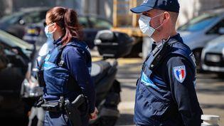 Des policiers municipaux portant des masques sanitaires, le 15 avril 2020 à Nice. (ARIE BOTBOL / HANS LUCAS)