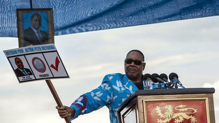 Le président sortant du Malawi,Peter Mutharika, montre un bulletin de vote factice à son effigie, lors du lancement de sa campagne électorale, le 7 avril 2019 à Lilongwe, la capitale du pays. (AMOS GUMULIRA / AFP)