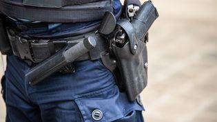 Un policier avec un pistolet semi-automatique à Paris, le 5 septembre 2019. (XOSE BOUZAS / HANS LUCAS / AFP)