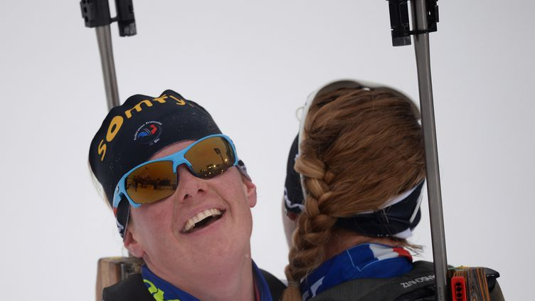 Marie Dorin-Habert et Anaïs Bescond heureuse, à l'image d'une France qui gagne (ALEXEY FILIPPOV / RIA NOVOSTI)