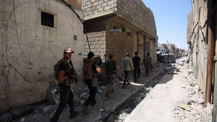 Les forces antiterroristes irakiennes progressent à pied, dans la vieille ville de Mossoul (Irak), le 22 juin 2017. (AHMAD AL-RUBAYE / AFP)