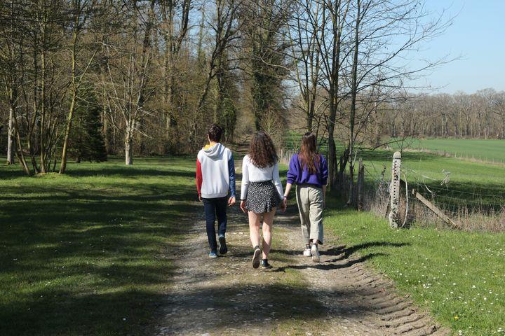 Des étudiants d'AgroParisTech dans le parc du domaine de Grignon (Yvelines), le 30 mars 2021. (THOMAS BAIETTO / FRANCEINFO)