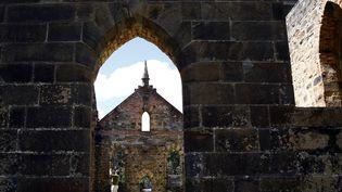 Un touriste prend en photo l'intérieur d'une église, à Port Arthur (Australie), le 26 décembre 2014. (MATT SIEGEL / REUTERS)