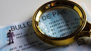 Un bulletin de paie, le 5 février 2019, à Paris. (RICCARDO MILANI / HANS LUCAS / AFP)