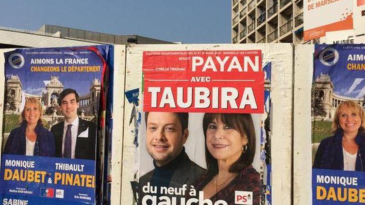 """Un bandeau """"Avec Taubira"""" a été collé sur une affiche de Benoît Payan et Michèle Rubirola, candidats PS-EELV aux élections départementales à Marseille (Bouches-du-Rhône). (BENOIT PAYAN)"""