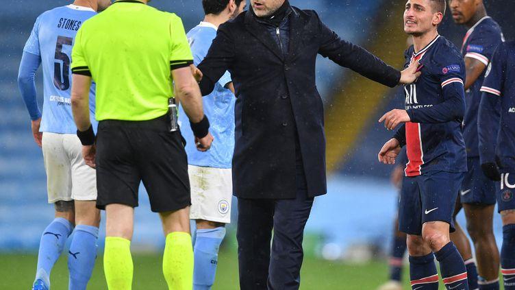 L'entraineurMauricio Pochettino se trouve entre Marco Veratti et l'arbitreBjorn Kuipers, le 4 mai 2021. (PAUL ELLIS / AFP)