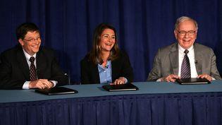 Le milliardaire américain Warren Buffett (à droite) annonce l'apport de 31 milliards d'actions à la fondation Bill et Melinda Gates. New York, Conférence de presse, le 26 juin 2006. (SPENCER PLATT / GETTY IMAGES NORTH AMERICA)