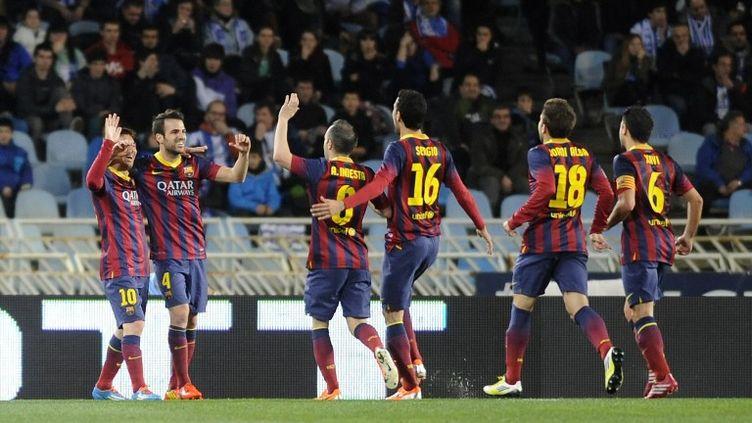 Lionel Messi, félicité par ses coéquipiers, avait ouvert le score avant la demi-heure de jeu. (ANDER GILLENEA / AFP)