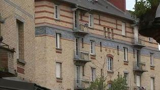C'est dans cet immeuble de Stains (Seine-Saint-Denis) que des policiers ont sauvé trois enfants des flammes avant d'être caillassés par des habitants, le 30 décembre 2017. (FRANCE 2)