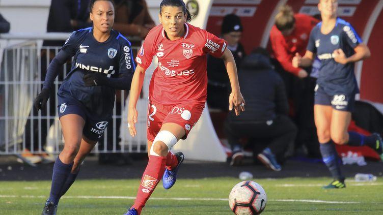 InèsJaurena, joueuse du Paris FC (à gauche) en plein match face à Dijon, le 11 novembre 2018. (NICOLAS GOISQUE / MAXPPP)
