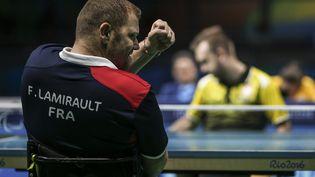 Le pongiste Fabien Lamirault lors de la finale contre le Polonais Rafal Czuper aux Jeux paralympiques de Rio, le 13 septembre. (ANTONIO LACERDA / EFE)
