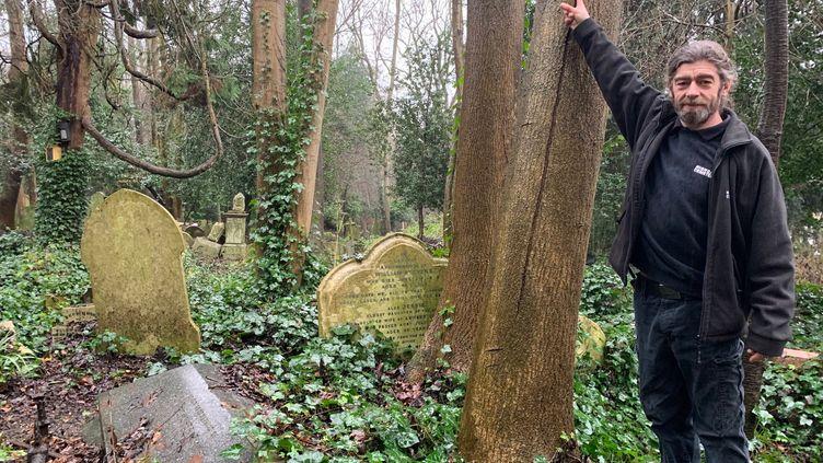 Franck Cano, chef jardinier ducimetière de Highgate dans le nord de Londres. (RICHARD PLACE / RADIO FRANCE)