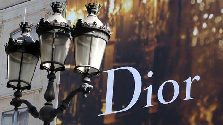 (Une publicité pour Dior dans les rues de Paris © Reuters Charles Platiau)