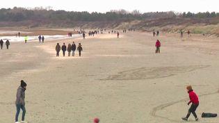 Les vacanciers ont délaissé la montagne pour se tourner vers le littoral.AuCrotoy, dans la Somme, les professionnels affichent des réservations record. (France 3)