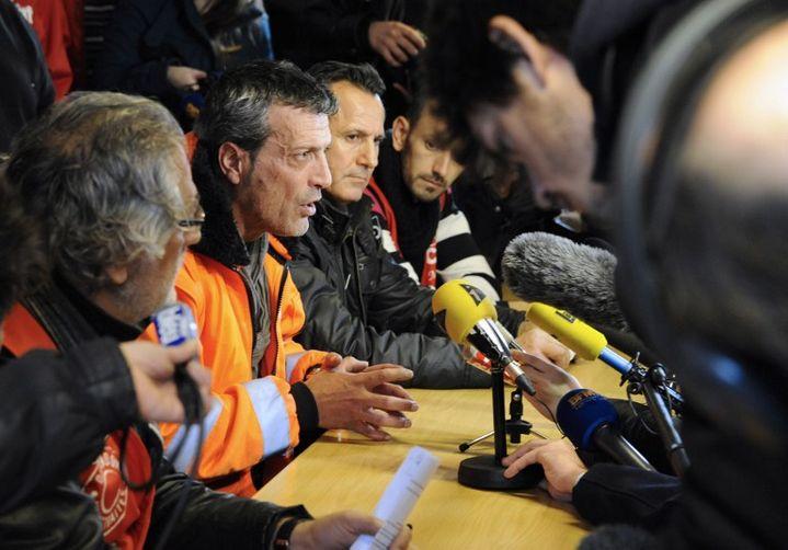 Les représentants syndicaux de l'usine ArcelorMittal de Florange, Walter Broccoli (FO, à gauche) et Edouard Martin (CFDT, au centre), le 30 novembre 2012 à Florange (Moselle). (JEAN-CHRISTOPHE VERHAEGEN / AFP)