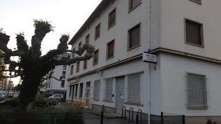 Le quartier de la Meinau (Strasbourg) oùdes poubelles et une voiture ont été incendiées ainsi que des cocktailsMolotovlancés contre le mur d'une annexe de la mairie,lundi 20 avril. (CÉLINE ROUSSEAU / FRANCE-BLEU ALSACE (+ FB ELSASS))