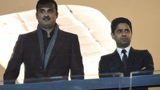 L'émir du QatarTamim ben Hamad Al Thani, propriétaire du PSG, aux côtés deNasser Al-Khelaifi, le président du club, au Parc des Princes. (MIGUEL MEDINA / AFP)