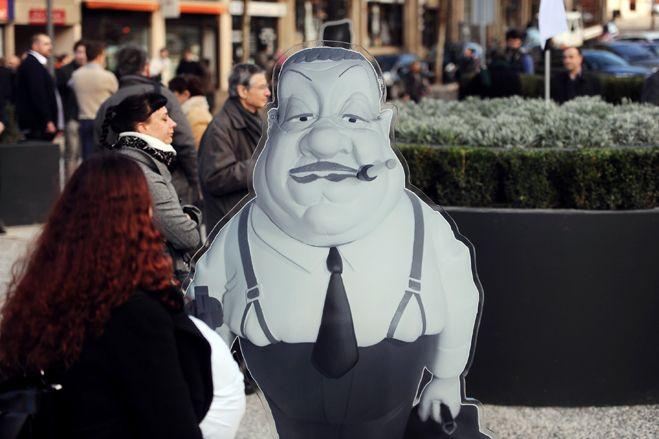 L'éffigie de Francis Blanche en Tonton Flingueur, braque les passants de Montauban.  (Eric cabanis / AFP)